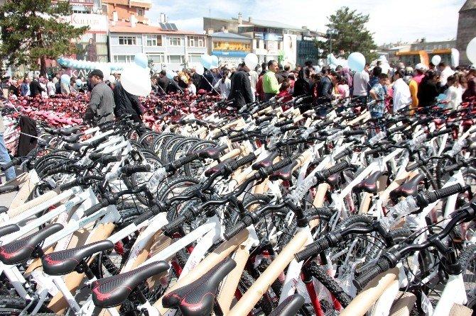 Erzurum'da Öğrencilere 947 Adet Bisiklet Dağıtıldı