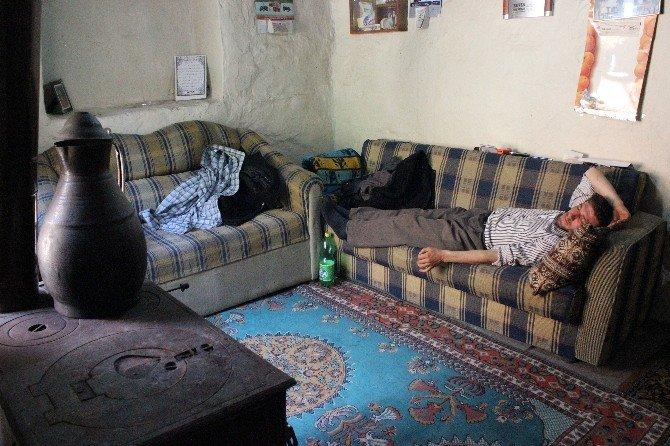 Özürlü Kardeşler Evleri Başlarına Yıkılacak Diye Nöbetleşe Uyuyor