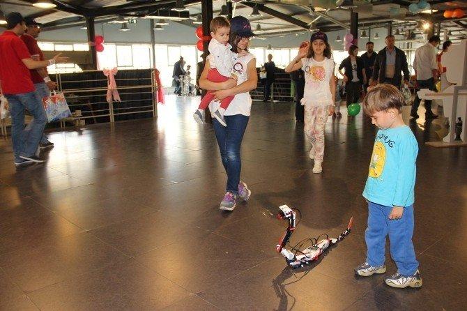 Çocuklar 23 Nisan'da Robotlarla Tanıştı