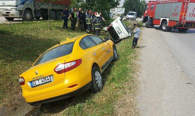 Sağ Şeride Kontrolsüz Geçmeye Çalışınca Kaza Yaptı: 3 Yaralı