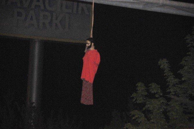 Trafik Levhasına Astıkları Cansız Mankenle 'İdam Cezası' İstediler
