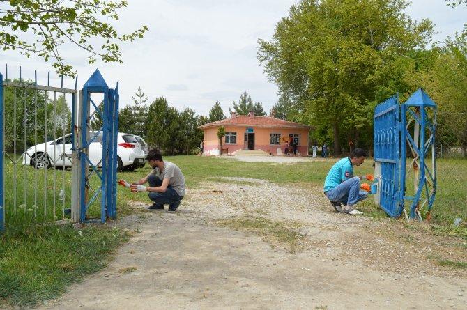 Arkadaşlarından topladıkları 1'er lirayla köy okulunu tadilattan geçirdiler