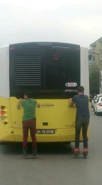 Bağdat Caddesi'nde kaykaycı gençlerin tehlikeli yolculuğu