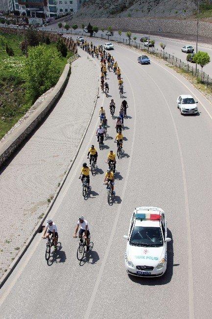 Trafikte Bisiklete Dikkat Çekmek İçin Pedal Çevirdiler