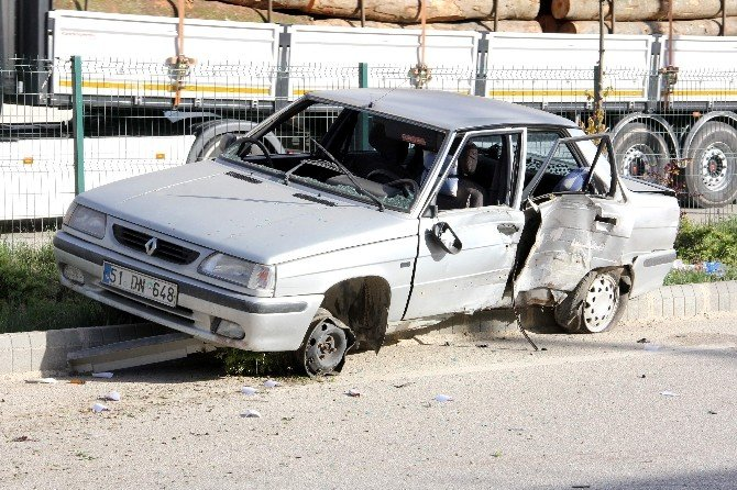 Tekerleği Patlayan Otomobil Kaza Yaptı: 3 Yaralı