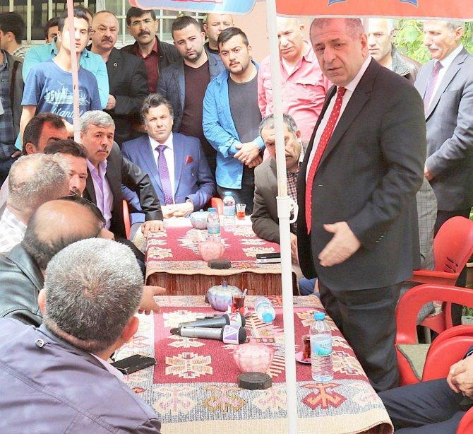 Özdağ, MHP il binası kapalı olduğu için çay ocağı bahçesinde ağırlandı