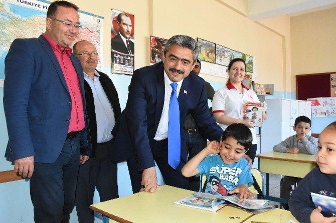 Çocuklar Başkan Amcalarından Oyun Kitabı Ve Bilet Aldı