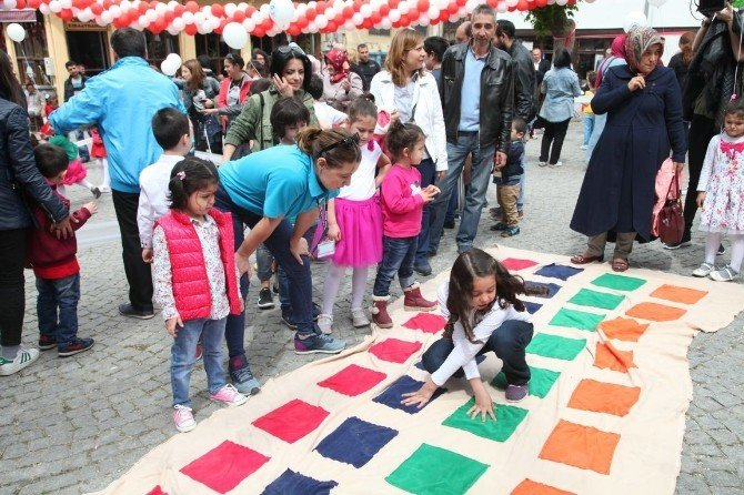 Eskişehir'de Çocuklar Meydanları Şenlendirdi