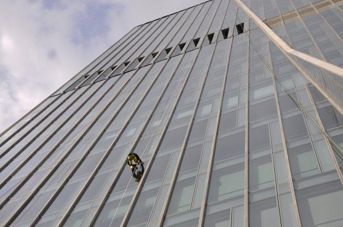 'Örümcek Adam', Kazakistan'ın en yüksek binasına tırmandı