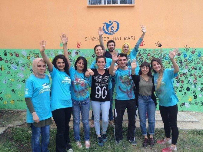 Üniversite Öğrencilerinden Mahalle Okuluna Yardım