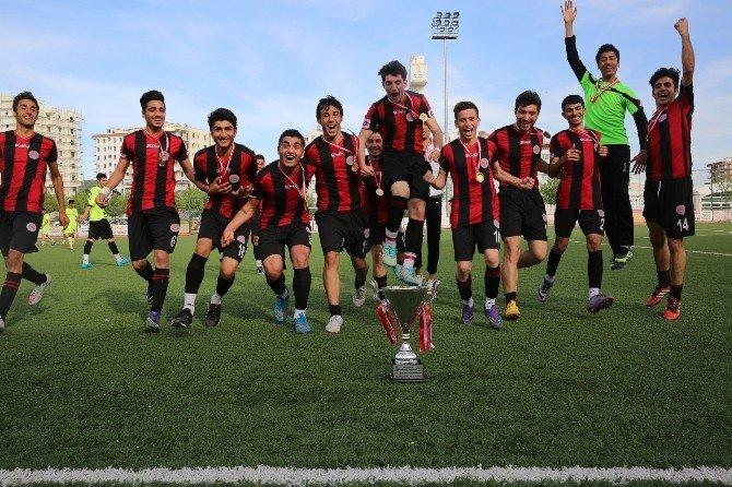 U-19 Ligi Şampiyonu Karaköprü Belediyespor'a Kupasını Baydilli Verdi