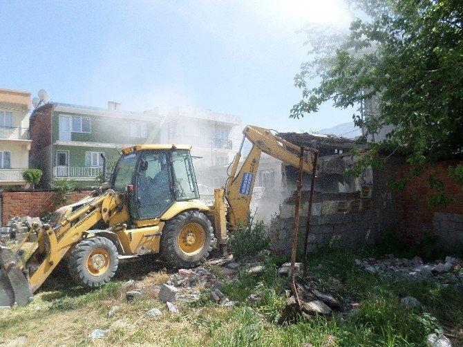 Yunusemre'de Metruk Evler Yıkıldı