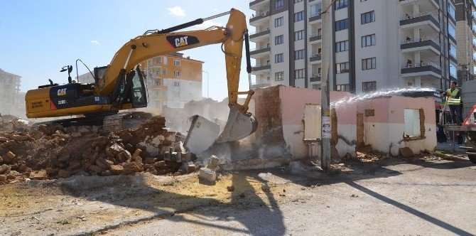 Engelsiz Park Projesi'ne Engel İki Metruk Ev Yıkıldı