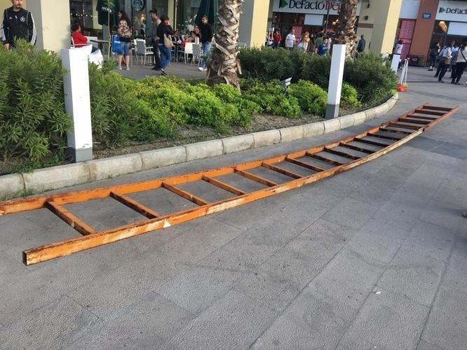 Söke'de AVM'de 5 Metrelik Demir Merdiven Genç Çiftin Üzerine Düştü