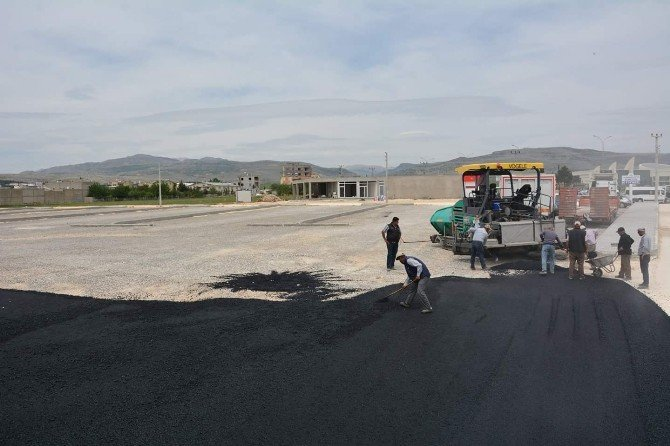 Belediye Ekipleri, Hastane Otoparkını Asfaltlamaya Başladı