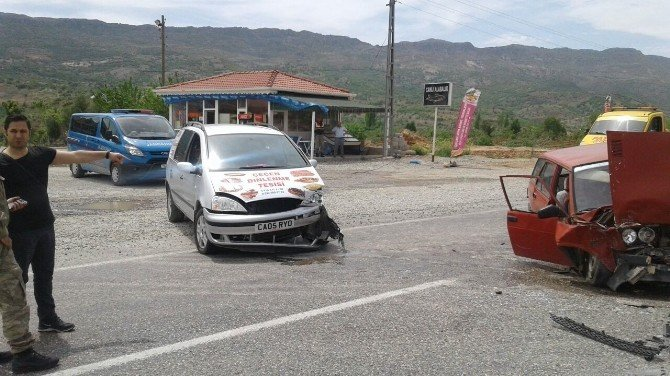 Gölbaşı'nda İki Otomobil Çarpıştı: 5 Yaralı