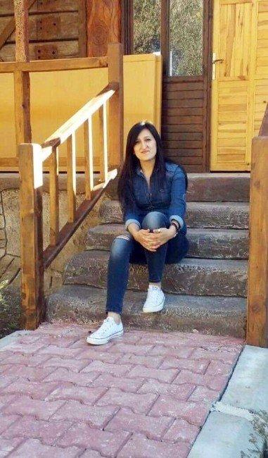Evinde Öldürülmüş Olarak Bulunan Genç Kadın Gözyaşları Arasında Toprağa Verildi