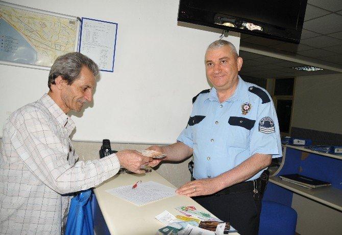 Sokakta Bulduğu Çantayı Polise Teslim Etti