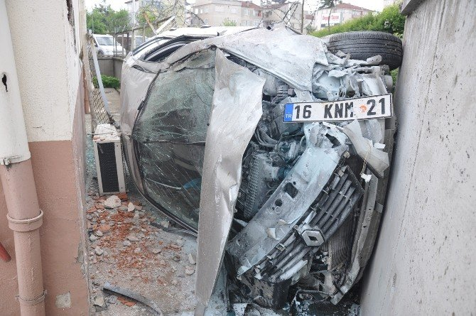 Uçan Otomobil Duvarı Deldi, O Anlar Güvenlik Kamerasına Yansıdı