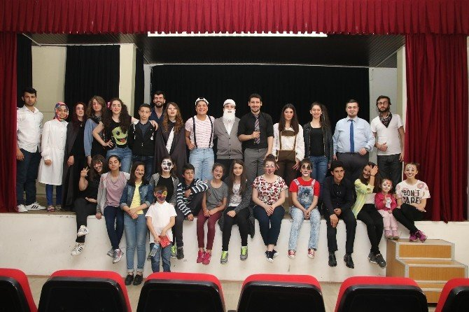 Başkan Akcan'ın Tiyatro Hediyesine Çocuklardan Büyük İlgi
