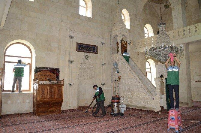 Darende Belediyesi, Camileri Temizlemeye Devam Ediyor