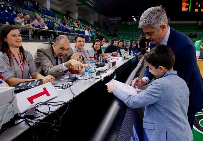 Darüşşafaka Doğuş'un son maçını çocuk antrenör yönetti