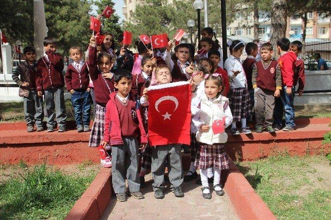 İlkokul Öğrencileri Şehitleri Ziyaret Etti