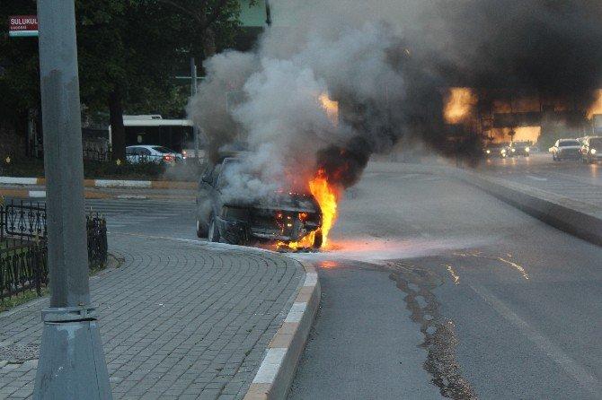 Fatih'te Seyir Halindeki Bir Otomobil Alev Alev Yandı