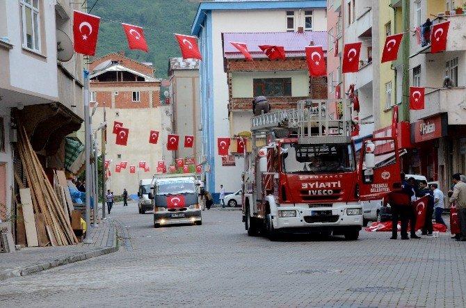Giresun'un Yağlıdere İlçesi Bayraklarla Donatıldı, İlçe Şehidini Bekliyor