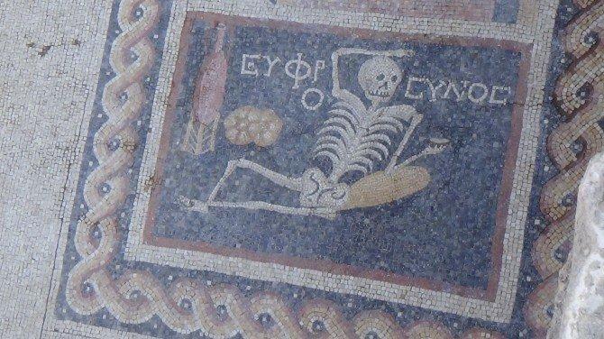 Ünlü Tarihçi Ortaylı, 'Neşeli Ol, Hayatını Yaşa' Yazısı Bulunan Mozaiği İnceledi