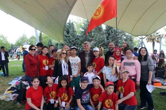 Başkan Karaosmaoğlu, 41 Ülkeden Çocukla Halay Çekti