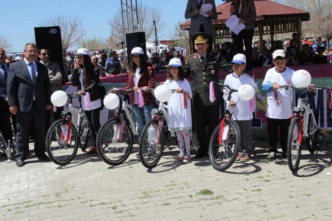 Sağlıklı yaşam için öğrencilere bisiklet dağıtıldı