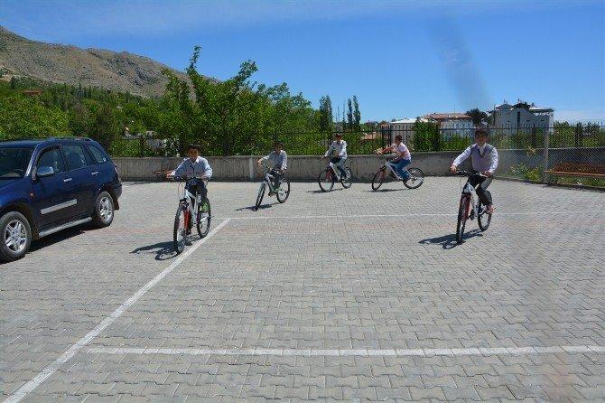Sağlık Bakanlığı Öğrencilere Bisiklet Hediye Etti