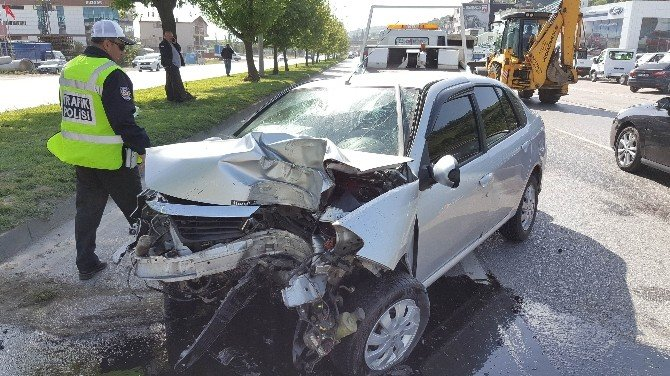 Otomobil Direğe Çarptı: 1 Yaralı