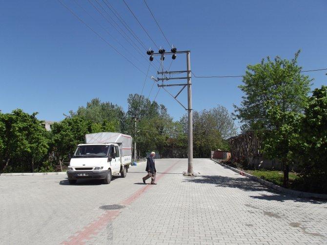 Yol genişletilince eletrik direği ortada kaldı