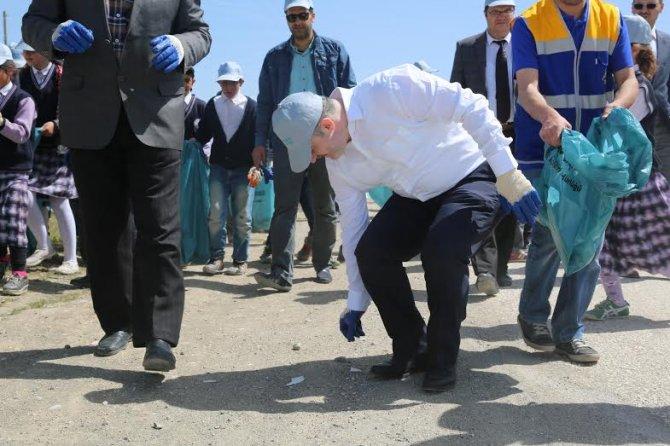 Belediye Başkanı öğrencilerle birlikte Van Gölü sahilinde temizlik yaptı