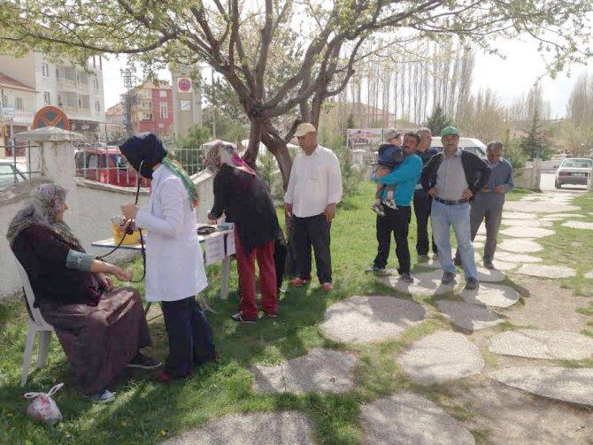 Sağlıkçılardan parkta sağlık hizmeti
