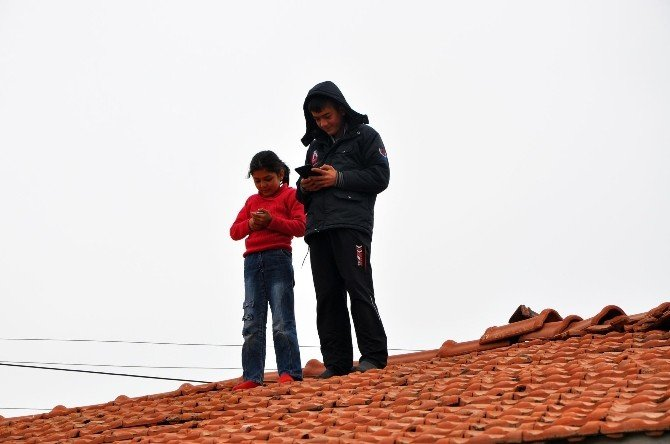 Ödevlerini Yapabilmek İçin Çatıya Çıkıyorlar