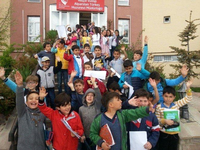 İlkokul Öğrencileri Huzurevi'ni Ziyaret Etti