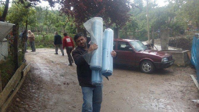Evi Yanan Aileye Kızılay'dan Yardım