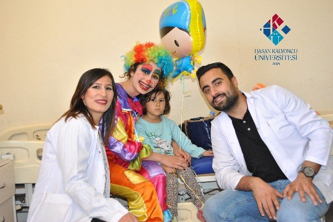 Üniversiteli Stajerler, 23 Nisan'ı Hasta Çocuklarla Kutladı