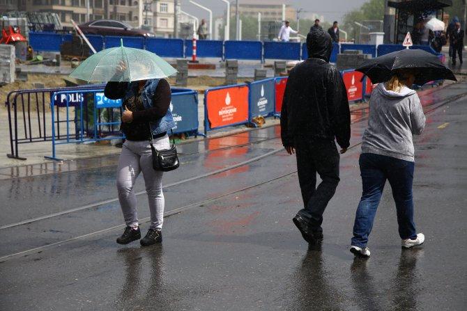 Yağmura yakalanan İstanbullular zor anlar yaşadı