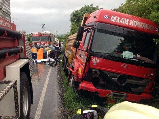 Çatalca'da Otomobil İle Harfiyat Kamyonu Çarpıştı: 2 Ölü