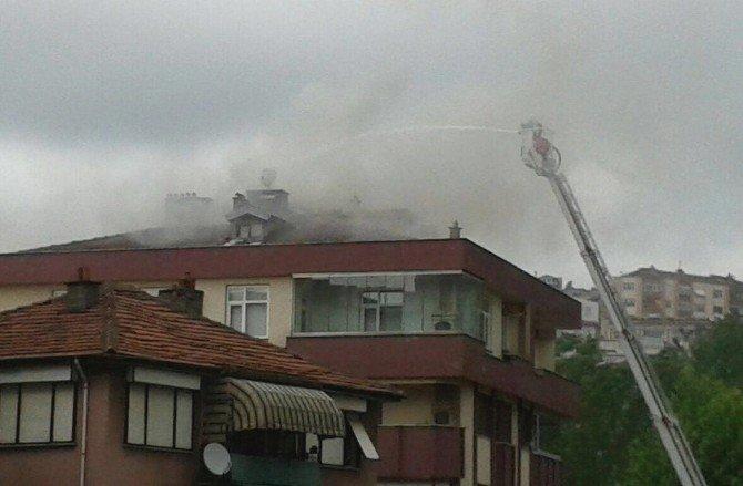 Restoranın Bacasından Çıkan Kıvılcımlar Apartmanın Çatısını Tutuşturdu