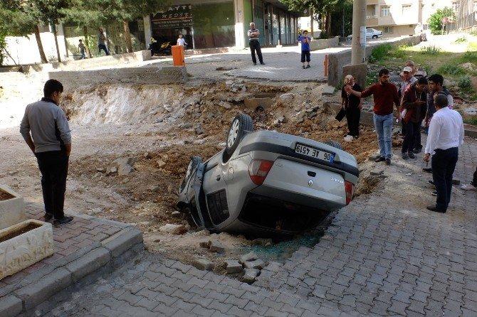 Otomobil Yol Çalışması İçin Kazılan Çukura Düştü: 2 Yaralı