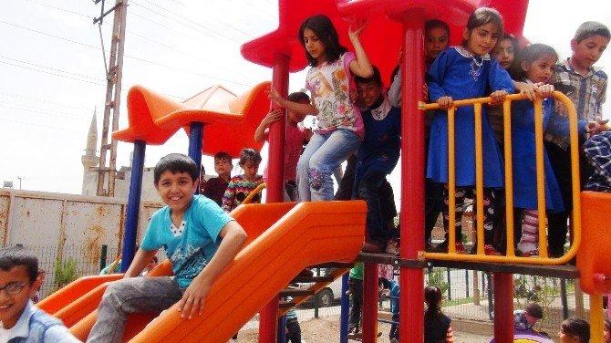 Öğretmenlerden Okula Oyun Parkı