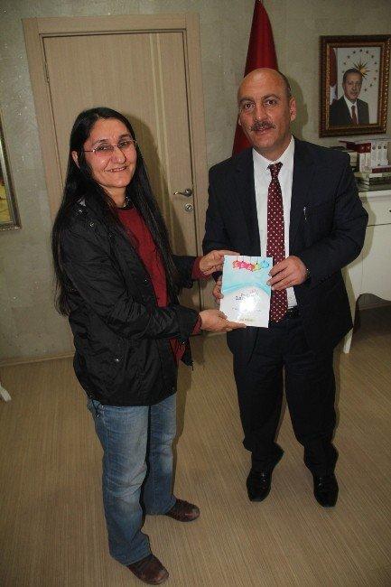 Usta Öğretici Pamuk Yazdığı İngilizce El Kitabı Müdür Cırıt'a Takdim Etti
