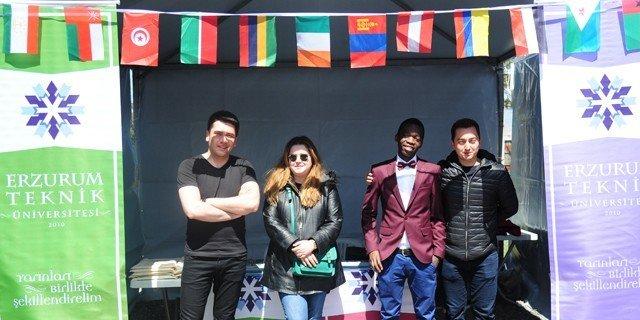 49 Ülkeden Yüzlerce Öğrenci İle Aziziye Meydanında Buluştu