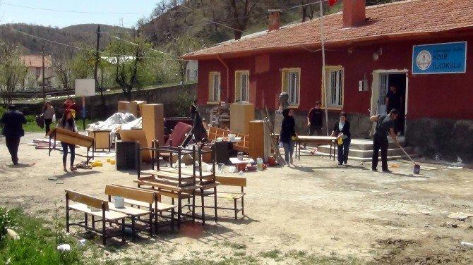 Üniversite Öğrencilerinden Köy Okulu Tadilatı