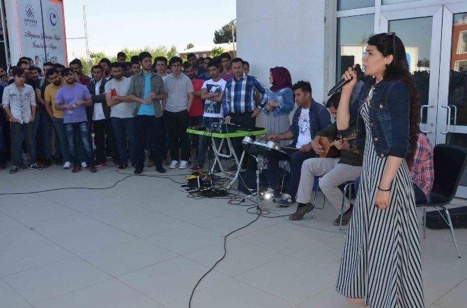 Öğrenciler Karaoke Gösterisinde Stres Attı